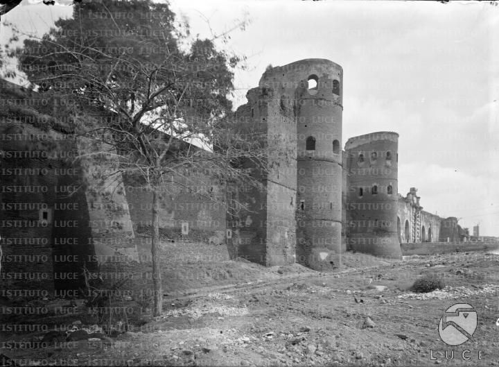 Il tratto delle mura con i torrioni della porta Asinara e con la porta S. Giovanni - Campo lungo [1928]