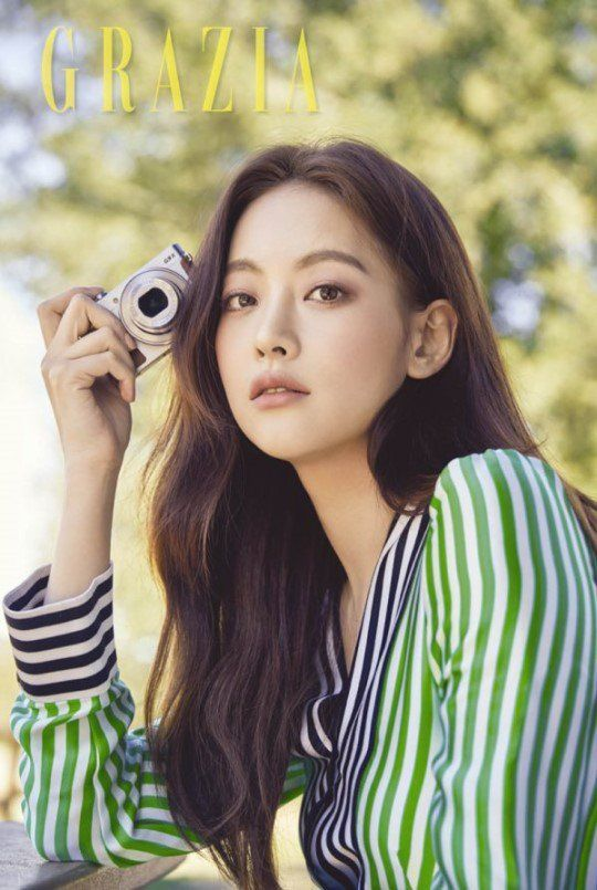 'Grazia' magazine revealed more photos of actress Oh Yeon Seo on March 20!   The actress presented her natural beauty posing in LA under the beautiful weather.