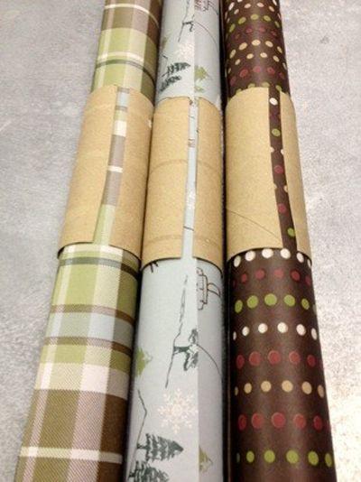 Leikkaa vessapaperirulla halki ja aseta se lahjapaperirullan ympärille. Siten lahjapaperit pysyvät siistissä järjestyksessä.