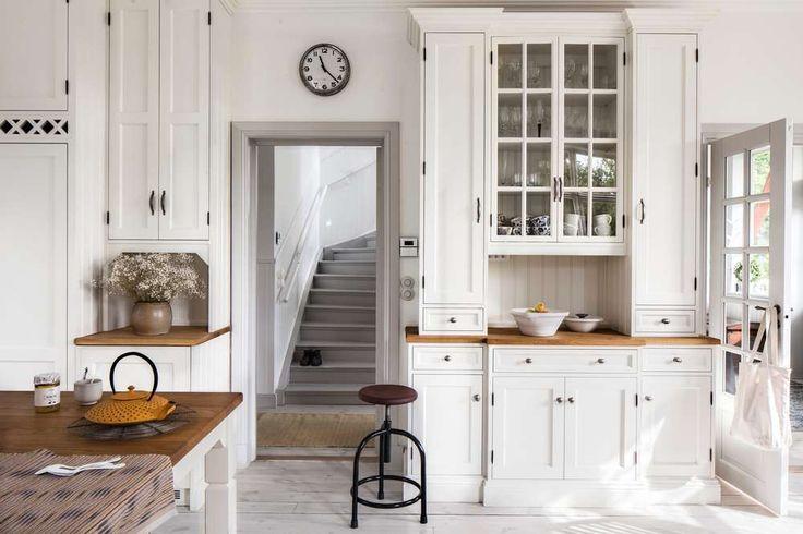 Kakel, pärlspont och fin förvaring skapar underbar stämning i det här köket från 1910