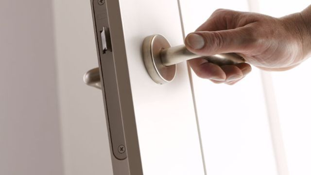 Binnendeur plaatsen https://www.gamma.be/nl/doe-het-zelf/deur-of-raam-plaatsen/deur-plaatsen