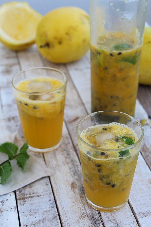 Suco de maracujá, laranja e gengibre aromatizado com folhas frescas de hortelã. Para quem prefere sem sementinhas, é só coar antes de servir!