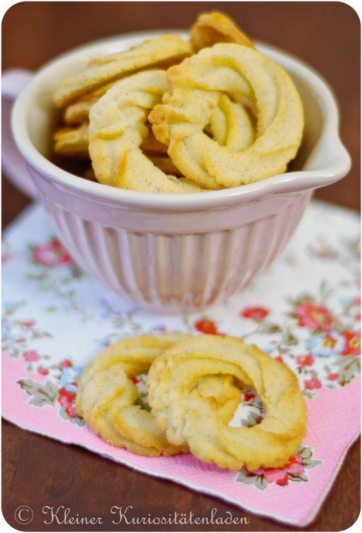 Zutaten 300 g Butter 100 g Puderzucker 1 Prise Salz 1 Vanilleschote, ausgekratzt 2 Eigelb 400 g Mehl Zubereitung Die weiche Butter mit dem P...