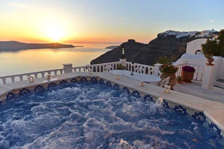 Tramonto, Jacuzzi e vista su Santorini... dobbiamo aggiungere altro?