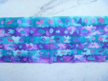100% bufanda de 5mm seda, Habotai. En uno original de un diseño pintado a mano. Sierra de la plantilla 11 x 60  Lavanda, púrpura, rosa y turquesa brillante hacen esta bufanda colorida a la vida! Lavable en agua fría y detergente delicado o champú para bebé. Para devolver la suavidad a mano Utilice un poquito de suavizante para el enjuague... Planche con una plancha temperatura media mientras que aún un poco húmedo.