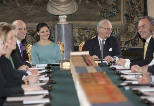Koning Carl Gustaf heeft zijn ministers opgeroepen om donderdag om 11:15 in het Koninklijk Paleis in Stockholm een bijzondere ministerraad bij te wonen. Dat is gebruikelijk na de geboorte van een koninklijke baby. In de speciale kabinetszitting onder leiding van de koning zal Carl Gustaf de namen bekend maken van de woensdagavond geboren zoon van kroonprinses Victoria en prins Daniel. (Lees verder…)