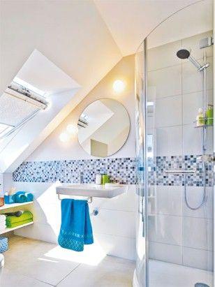 Das kleine Bad im Studio wächst über sich hinaus – mit clever verlegten Fliesen, Dachflächenfenstern und viel Stauraum.