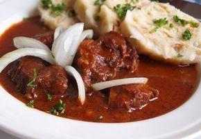 Dušená kližka, spousta cibule, paprika a další koření. Starý dobrý český guláš tak, jak se vaří v poctivých hospodách.