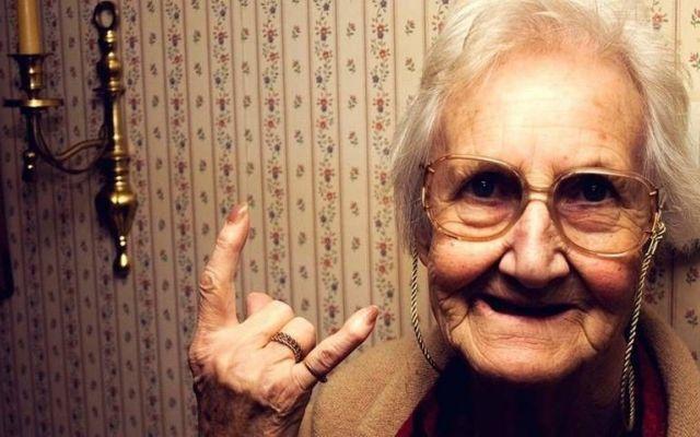 Vecchietta romana stupra muratore rumeno Sensazionale e sconvolgente quello che è successo in un famosissimo quartiene di Roma. Una vechietta pensionata ultra ottantenne ha abusato del povero ragazzo rumeno di 29 anni, violenatandolo contin #roma #vecchietta #rumeno #stupro