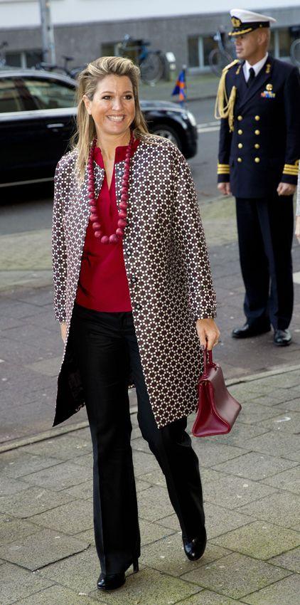 Reina Máxima de Holanda Acto: Simposio en Utrech (Países Bajos). Fecha: 4 de febrero de 2015. 'Look': Máxima llevó unos pantalones de vestir azul marino y una camisa roja. Dejó todo el protagonismo a su abrigo estampado. Como complementos, eligió un collar 'XXL' y un bolso curioso bolso de mano, también en rojo.