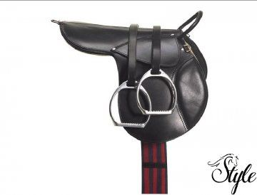 APOLLO póni patrac felszerelve Kiváló minőségű pónira való patarc. Az ülőrész és a kengyelszíjjak 100%-ban bivalybőrből készültek. Fekete és havanna színekben rendelhető.