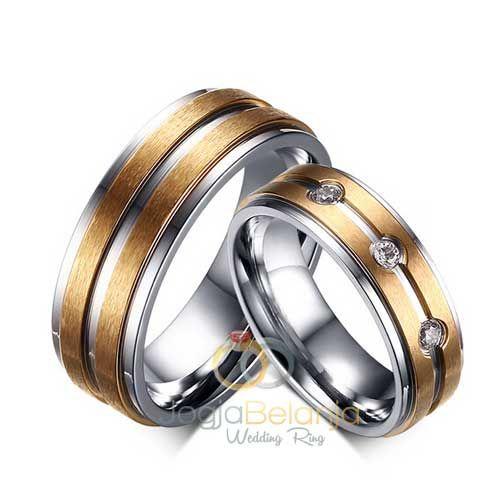 Cincin Tunangan Mufiarterbuat daribahan perak 925sehingga cocok untuk dijadikan cincin kawin pasangan muslim. Konsep unik dari cincin pasangan ini terlihat dari kombinasi dua macam warna yang di…