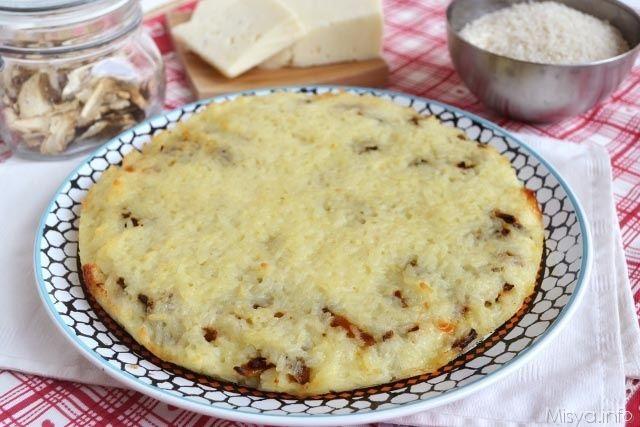La pizza di riso è un piatto ricco e sostanzioso che può essere farcito con il gusto che preferite e preparato anche in anticipo. Dopo quella