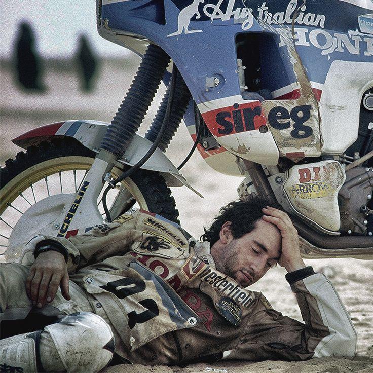 Quando dici Edi Orioli, dici Parigi-Dakar, quando era davvero a Dakar. Anche perché non esistono altri piloti italiani ad aver vinto così tante volte nella gara più dura del mondo. Qui immortalato da un'altra leggenda, Gigi Soldano, che non è da meno: lui, di Dakar, ne ha fatte 25.