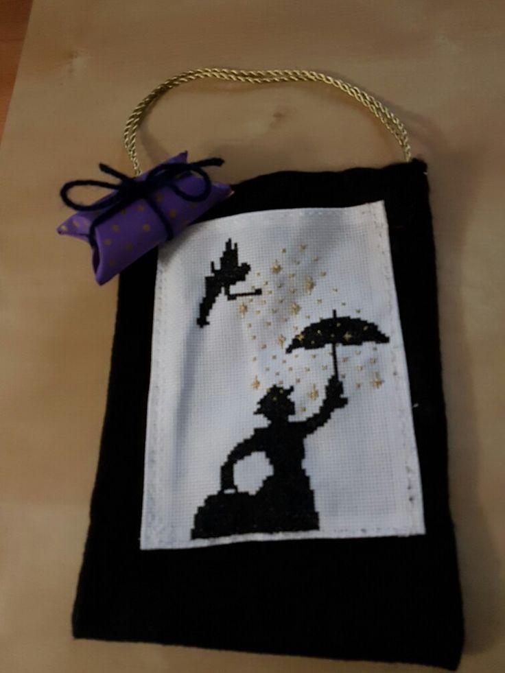 Bolsa de fieltro a punto de cruz y cajita regalo hecho con canuto de papel higiénico