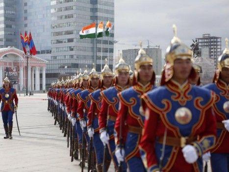 En cadence: les membres de la garde d'honneur de Mongolie défilent dans les rues de la capitale Oulan-Bator pour accueillir le président indien, en visite officielle.