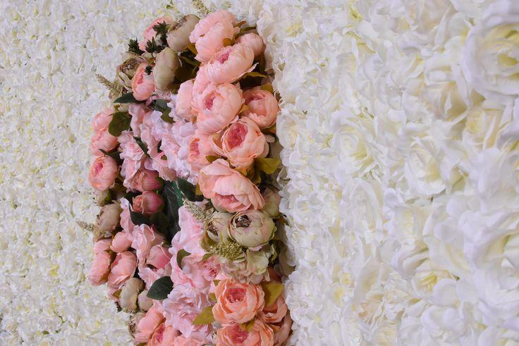 Panourile noastre florale, sunt dedicate nuntilor, botezurilor, cununiilor civile, balurilor de boboci, majoratelor, zilelor onomastice dar si gradinitelor unde panourile florale se pot ornamenta cu balonase sau jucari din plus pentru serbari. Realizate din flori naturale sau matase artificiala, va veti bucura de o palteta complexa de culorii vii. Livram in Bucuresti si Ilfov.
