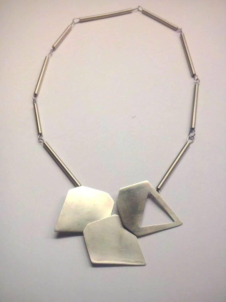 Gargantilla con dijes en forma de diamante realizada en alpaca y en alpaca oxidada.