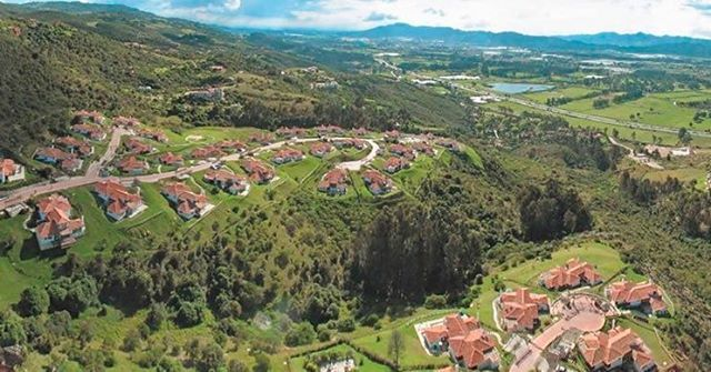 "What are you waiting for to buy a house in the ""Sabana de Bogota""? Enjoy the countryside with less traffic and more serenity, only half an hour away from the capital of Colombia ⠀⠀⠀⠀⠀⠀⠀⠀⠀ ¿Qué esperas para comprar una casa en la Sabana de Bogotá? Disfruta de amplias zonas verdes, menos tráfico y más tranquilidad a solo media hora de Bogotá. ⠀⠀⠀⠀⠀⠀⠀⠀⠀ Project/Proyecto: Encenillo de Sindamoy ⠀⠀⠀⠀⠀⠀⠀⠀⠀ #luxuryhomes #holidayhome #holidayhouse #homeforsale #realstate #realstateagent #liveabroad…"