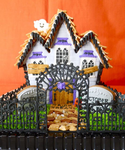 Oh Auntie Linny..... A project you can do with Belle.... A Haunted Gingerbread House! I know how much you and Andrew love Halloween!