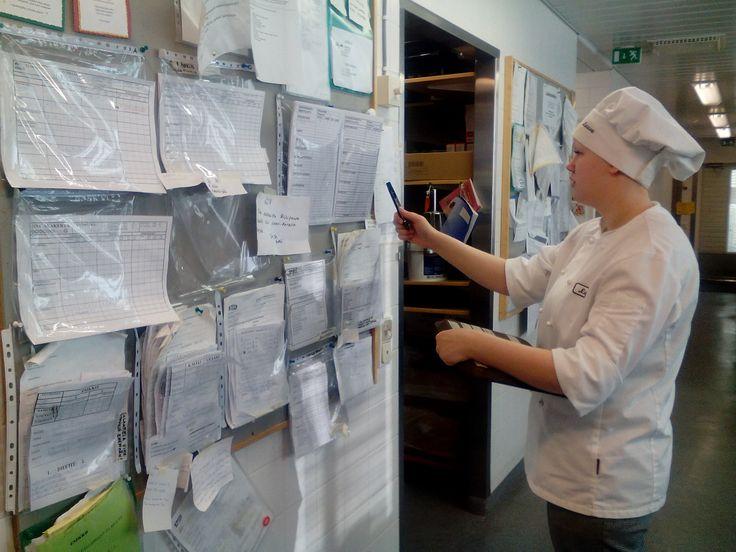 1.   Laura tilauslistojen luona kirjoittelemassa osotteita vuokiin ja henkilölukuja! Meillä on n.15 eri pistettä minne ruokia lähetetään, joten täytyy olla tarkat nimet astioissa minne mikäkin vuoka on menossa! Laatikoita tuli kaksi korkeaa uunillista!
