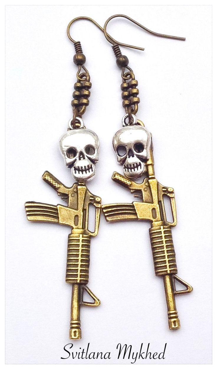 """MBoucles d'oreilles """"Fusil d'assaut Kalachnikov. Arme. Tete de mort"""". Style gothique, punk, rock. : Boucles d'oreille par perles-et-couronnes"""