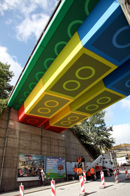 Un puente con arte urbano. #Lego #design #creative - Lego bridge in Germany #StreetArt