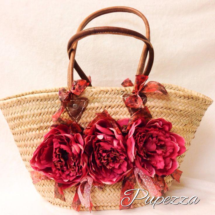 Sbocciano le peonie in color vinaccia sulla borsa di paglia con manici in pelle a tracolla