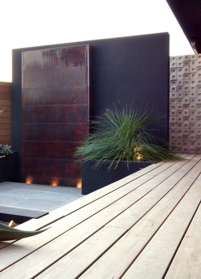 vertikaler brunnen-wasserwand innenhof-gestaltung modern mit kübelpflanzen