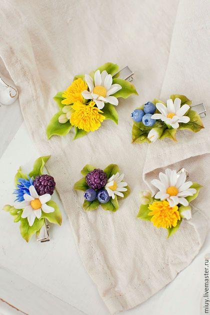 Купить или заказать Заколка,брошь с полевыми цветами и ягодами. в интернет-магазине на Ярмарке Мастеров. Ромашки,одуванчики,спелые лесные ягоды на любом креплении на Ваш выбор. Цветы и ягоды выглядят очень натурально,так как слеплены из тайской глины,которая позволяет создавать тончайшие лепестки и расписаны вручную. Заколка мал. 600руб. Заколка-брошь 800 руб. Брошь 4-5см 600руб. Брошь 6-8см 800-100руб.