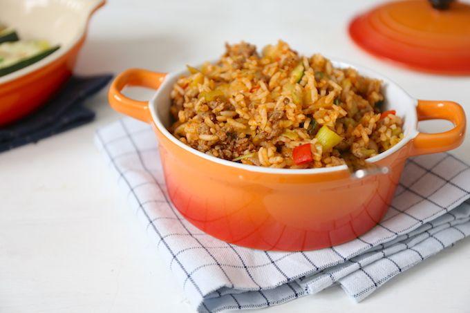 Alle feestdagen zijn weer achter de rug, dus waarschijnlijk hebben jullie (net zoals wij) wel behoefte aan een recept wat snel op tafel staat. Deze rijstschotel met gehakt, prei, courgette en paprika is erg lekker en staat in zo een 25 minuten op tafel. Recept voor 2 personen Tijd: 25 min. Benodigdheden: circa 150-200 gr...Lees Meer »