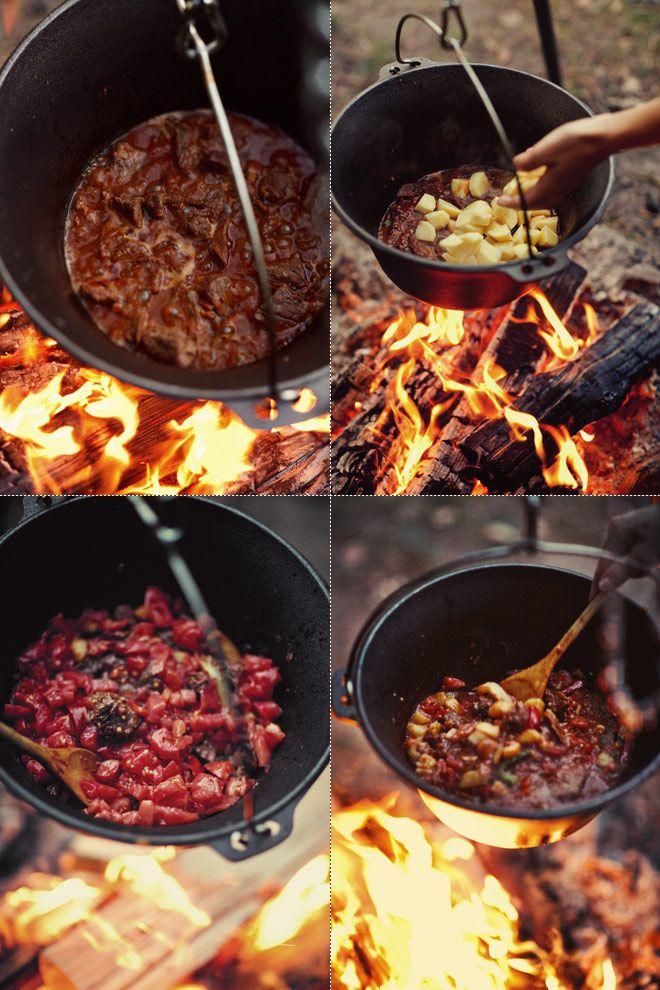Gulasz z wołowiną, ziemniakami, papryką i świeżymi pomidorami. Do przygotowania w kociołku nad ogniskiem lub na kuchence