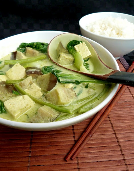 Vegan Thai green curry with tofu and eggplant - made with homemade curry paste http://www.vanilla-and-spice.com/2012/04/thai-green-curry-with-tofu-and-eggplant.html