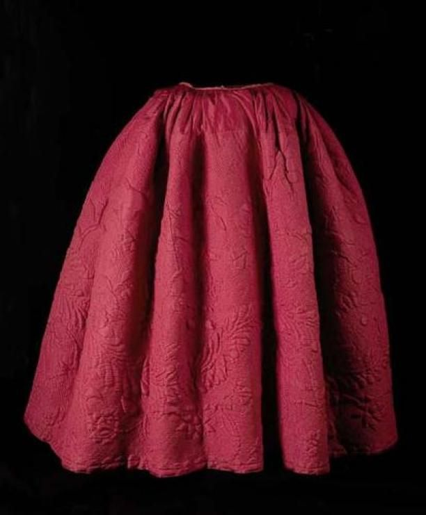 1700-1799: Rode zijden rok met matelassé gewatteerd   Modemuze - Rode zijden rok met matelassé gewatteerd Rode zijden rok met matelassé gewatteerd