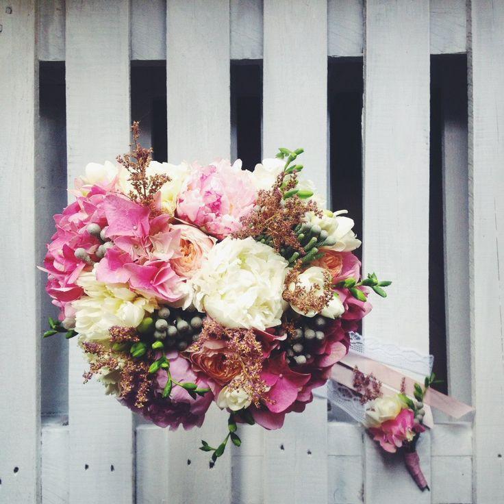 bridal bouquet and boutonniere with hydrangea, peony, freesia, peonie, astilbe and brunies // Cвадебный букет и бутоньерка с гортензией, пионами, фрезией, пионовидными розами, астильбой и брунией  #bridalbouquet #flowers #flowerbouquet #weddingstyle #coolflowers_cz #pragueflowersdelivery #kvetinypraha #dovozkvetin #vazanikytic