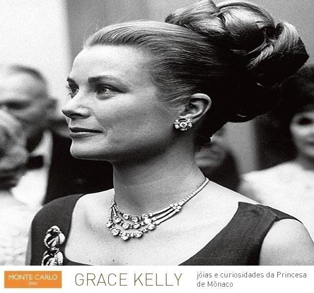 graceleg2 Princesa Grace de Mônaco, em 1963, em uma recepção na Filadélfia. Ela usa um colar, Cartier, feita em platina e diamantes. Um presente dado por seu marido, o príncipe Rainier.