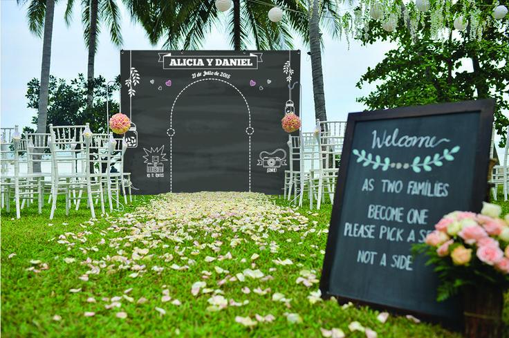 Photocall boda pizarra de exterior en un jardín.