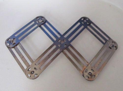 Repose-plat-dessous-de-plat-zig-zag-en-metal. Ma mamie en avait un comme ça, tous les gosses de la famille on jouer à le plier, déplier, plier, déplier.