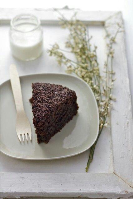 Torta cioccolato e barbabietole rosse.Glassa rosa 125-125-20 g di cioccolato bianco, philadelphia e succo di barbabietola.
