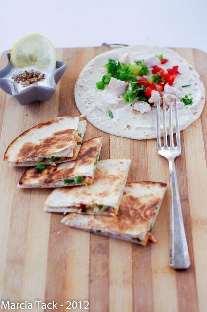 Deux galettes de tortillas qui enferme du poulet et de la vache qui rit : les quesadillas sont prêtes