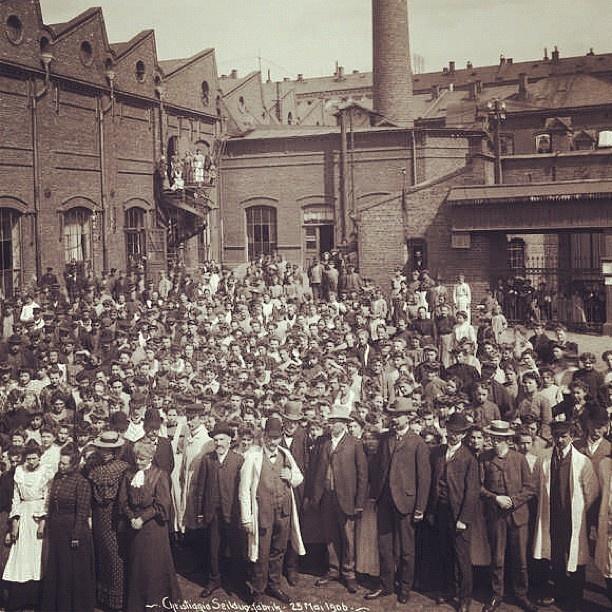 """@akerselvadigitalt's photo: """"Instagram anno 1906. Christiania Seildugsfabrik #seilduken var en av de største arbeidsplassene langs elva. På det meste, tidlig på 1900-tallet, hadde fabrikken 1100 arbeidere - hvorav de fleste kvinner. Som ellers på fabrikkene langs #akerselva arbeidet man seks dager i uka på #sielduken, fra seks til seks."""""""