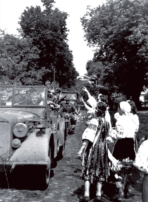 Украинские девушки в национальных костюмах и с лентами на голове радостно встречают немецкие войска   http://www.rg.ru/2015/02/21/rodina-voina.html