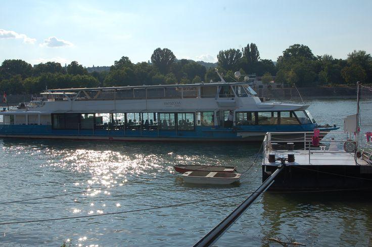 Az esküvői fogadás helyszíne a Rapszódia hajó.