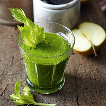 Smoothie mit Spinat, Stangensellerie, Apfel und Zucchini