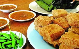 Tahu Sumedang~ Deep fried tofu, served with sweet soy sauce/kecap manis and chili.