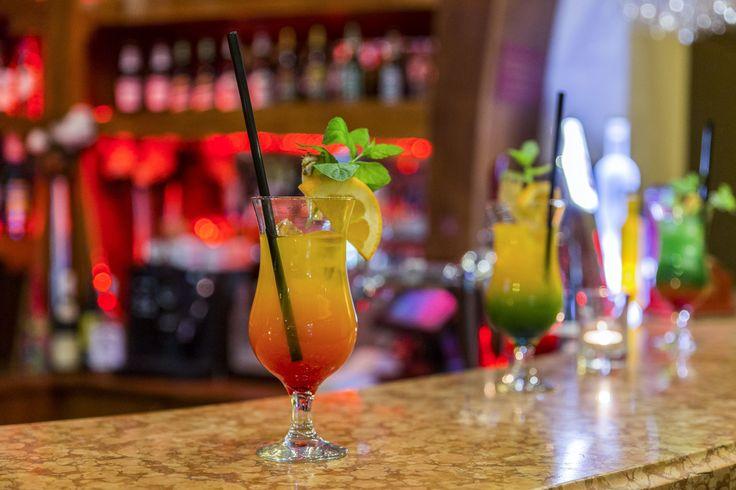 Dzisiaj piątek, a więc znakomita okazja zapoznać się z naszą bogatą ofertą drinków. Na zdrowie!  #hotelklimek #hotelklimekspa #muszyna #beskidsadecki #mountains #pub #drinks