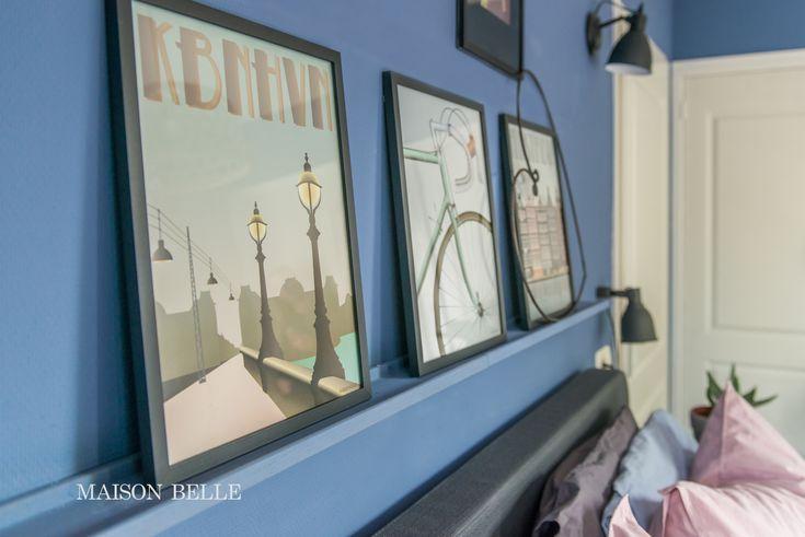 Slaapkamer makeover met blauwe muren - slaapkamer in hotelstijl - schilderijlijst boven het bed