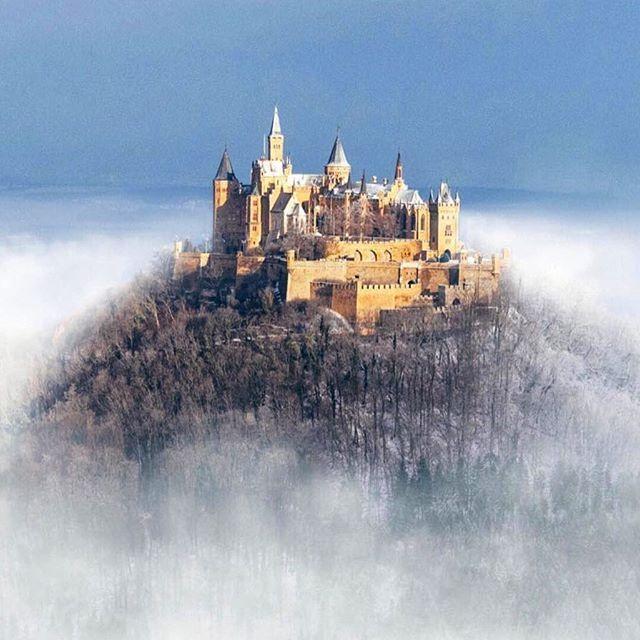 O Castelo de Hohenzollern é um palácio fortificado da Alemanha situado a cerca de 50 km de Estugarda, entre as cidades de Hechingen e Bisingen, no coração do Jura suábio. 😍👏🏻