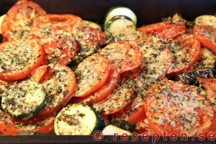 Auberginegratäng - Gott och enkelt recept på auberginegratäng med zucchini och tomat. Bilder steg för steg.