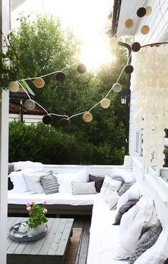 Lichterkette über Outdoorsofa